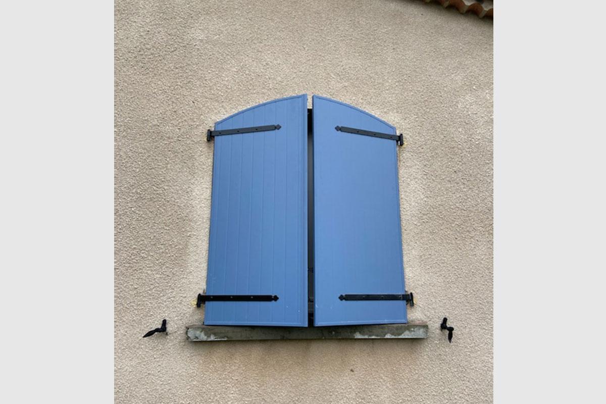 volet-battant-aluminium-cintre-coloris-bleu